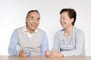 湯飲みを持つ老夫婦
